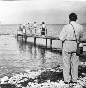Martinus fotograferede badebroens indvielse. En sommerdag omkring 1937