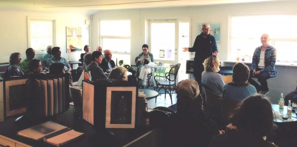 Fra forårets første cafeseminar onsdag 5. maj - pænt fremmøde til arrangementet, der blev holdt indendørs denne gang.